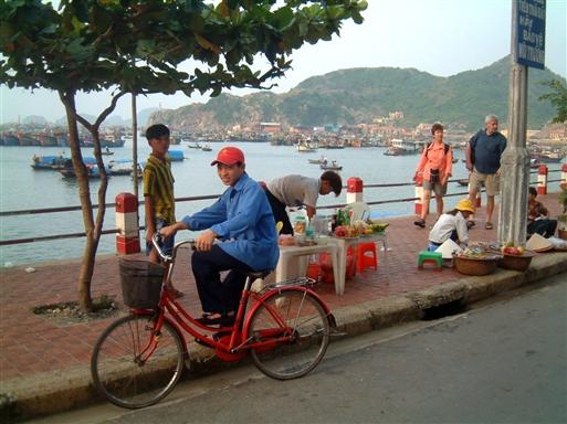 På promenaden handles med fisk og grøntsager