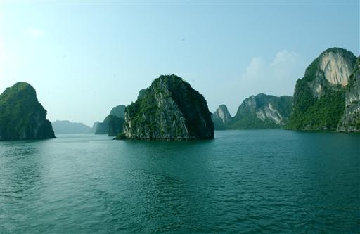 HaLong Bay er et enestående område med de tusinder skulpturelle øer