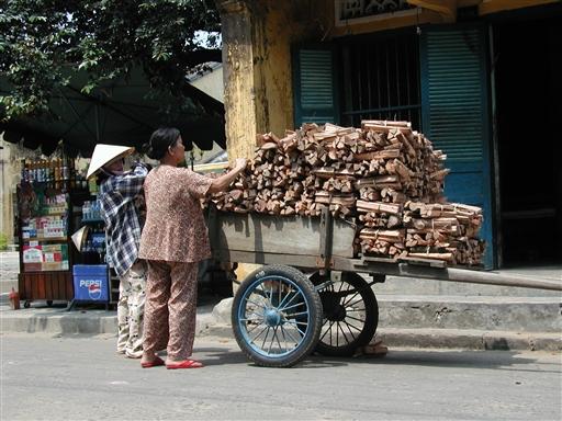 Der sælges stadig brænde til at koge risen med.