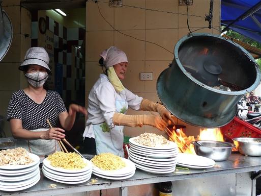 Måske Hanois bedste fortovskøkken. Travlhed middag og aften.