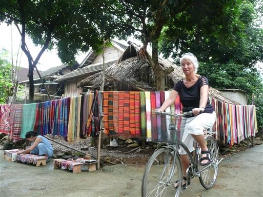 I vores landsby, Pom Cong handles der med håndvævede tørklæder.