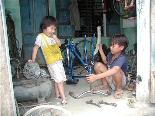 lillesøster skal osse lære at reparere cykler.