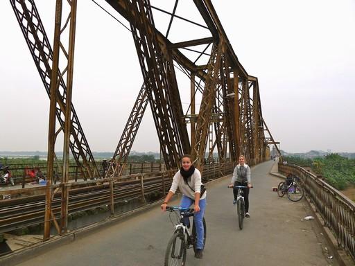 Long Bien broen over Den Røde Flod. Bygget af franskmændene, bombet utallige gange under Vietnamkrigen, men altid bygget op igen. I dag cykel- og knallertvej.