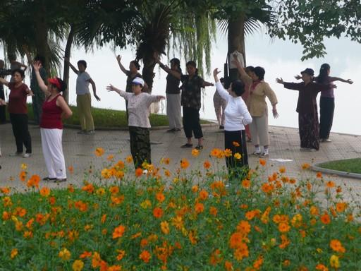 Når det blivet lyst 05.30 mødes tusinder ved Hoan Kiem Søen for at lave gymnastik, sværddans, thai chi, løbe osv osv.