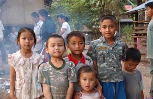 Søde børn i en fattig landsby ved Mekong-floden.