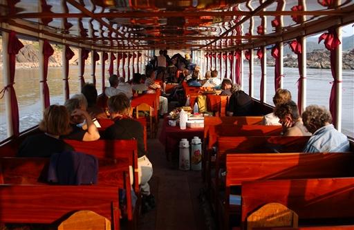 Ikke den store komfort, til gengæld fantastisk udsigt og gode muligheder for at slappe af og læse mere om Laos.