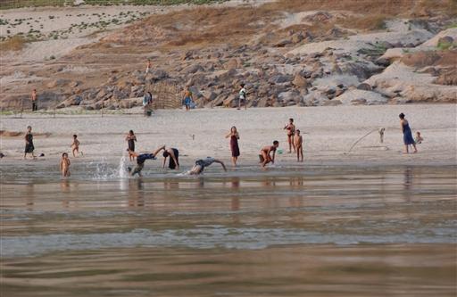 Et øjebliksbillede fra båden. Mekong er på alle måder fundamentet for befolkningen, også som her mht fritiden.