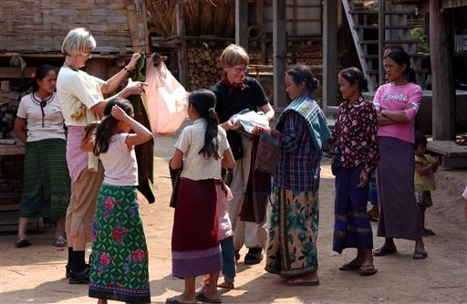 Håndvævede tørklæder og duge, jo kvinderne gjorde nogle gode køb, og laoterne var glade.