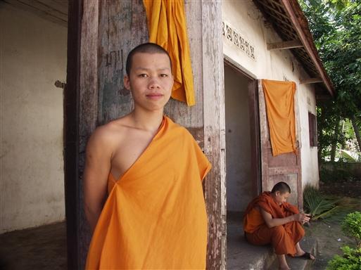 Ikke noget pjank og pjat. Den unge munk er seriøs omkring det at blive foreviget.