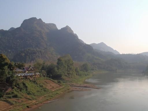 Vi har udsigt til Nam Ou og dramatiske bjerge