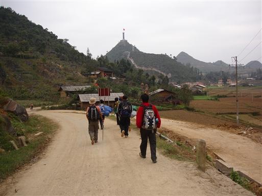 Trekkets mål - den enorme flagstang ved grænsen til Kina er inden for rækkevidde
