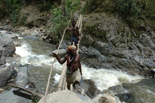 Spændende krydsning af en af de mange floder vi passerer