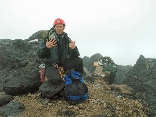 En glad mand på topppen af Mt. Carstensz Pyramide i 4.884 meters højde (Foto: Henrik Olsen)