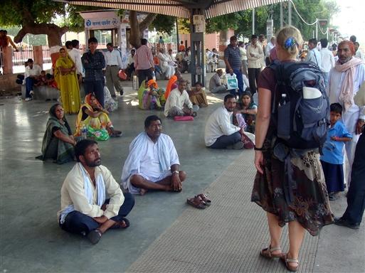 På perronen i Bharatpur. Ikke mange turister her, så vi vækker opsigt