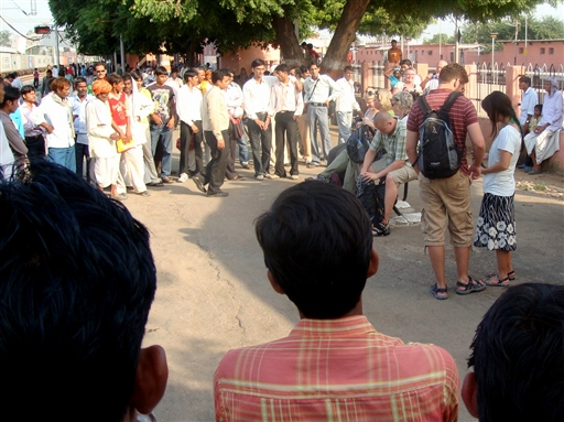 Ventetiden på toget fordrives med at kigge på hinanden, Bharatpur.