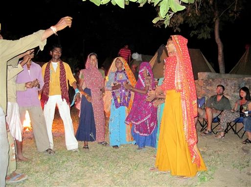 Garasia stammen underholder til lejrbålets skær i Thandi Bari.