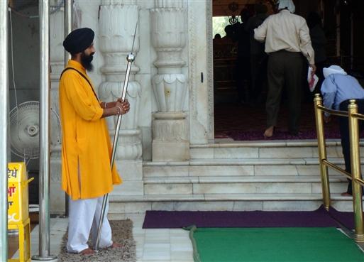 Tempelvogter ved Sikhtemplet i Delhi.