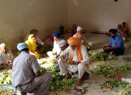 Del af Sikh templets køkken i Delhi. Der skal skrælles mange grøntsager nar tusinder bespises hver dag.