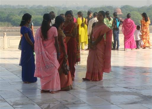 Safariklædte kvinder ved Taj Mahal