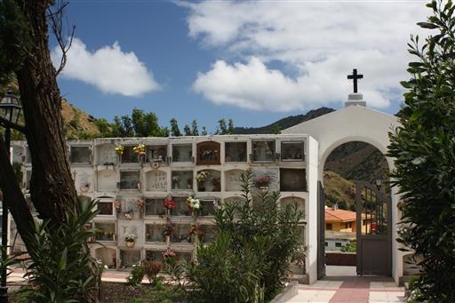 En spansk kirkegård, hvor de fleste gravsteder er små 'skuffer' i væggen