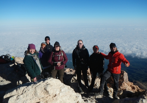 Lokalguide Ivan med glade Topas gæster på Teides top