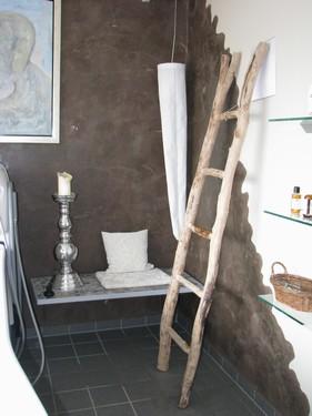 Med stearinlys og dæmpet beslyning på lampen fra Birgit Østergaard, kan der skabes den helt rigtige stemning. Dn rustikke stige er fra 'frank switzer furniture'.