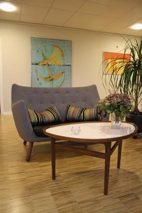 Hyggekrogen i opholdsstuen på 1. sal med sofaen Poeten og Øjebordet af Finn Juhl fra OneCollection.