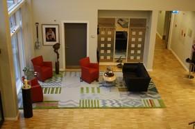 Hall'en er indrettet med lette møbler, i små grupper og bruges som opholdsrum af alle i huset.