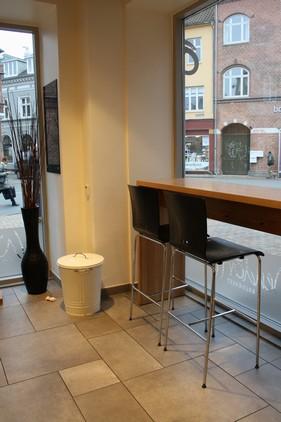 Hos Wendorff er der mulighed for at nye en god kop kaffe og en kage, mens man kan sidde ved vinduet og følge med i hvad der sker på gaden...