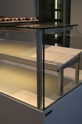 Diskens enkle, stilrene og eksklusive opbygning af Spekva Caecarstone på både hylder og fronter.
