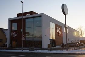 Byens Brød - nybygget Bageri/Butik. Opgaven bestod i  materiale valg og farver i butikken. Disken er leveret af Dansk Bageriudvikling DKBU, og selve bygningen er tegnet af arkitektfirmaet Arkitema.