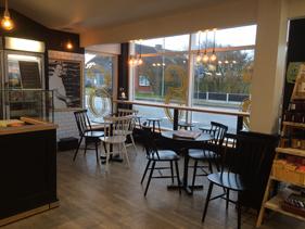 Indgangen bliver flyttet til midt i butikken, som giver mulighed for at lave et større cafeområde