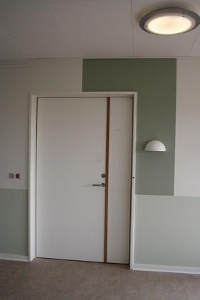 Kontrast farve fremhæver bolig indgangen.