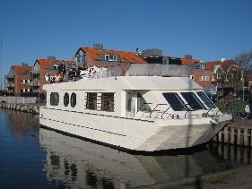 CASA FLUENTIS, bygget af www.seasight.dk i Hvide Sande og tegnet af www.brahe-design.dk, Hellerup. Båden er indrettet som bolig, med henblik på udlejning til turister - et godt alternativ til et sommerhus.