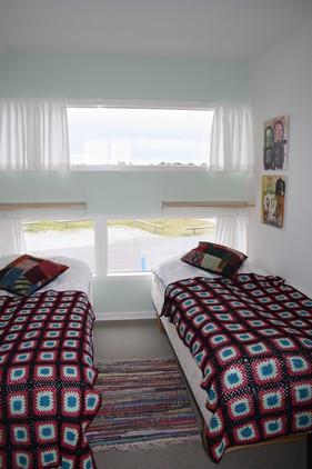 Soverummet friskes lidt op med tæpper og puder, samt lidt farve på endevæggen..
