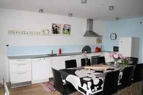 Køkkenet med spiseplads EFTER, hvor der er tilføjet lidt personlighed, farver og stil.