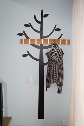 Et træ på husbåden, hvor man kan hænge sit overtøj.... Og mon ikke oplevelsen, bevidst eller ubevidst, bliver lidt mere faverig på husbåden...