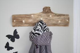 På en husbåd i samme havn, magen til den første, gennemføres en mere rustik stil. Rustik knagerække i elmetræ.