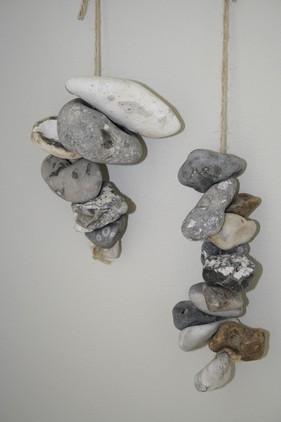 Hul-sten (køer) på snor, skulle efter et gammelt sagn, holde onde ånder væk...
