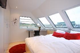 'Master' soveværelset, med garderobeskabe og en lille kontor plads.