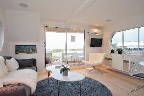 Opholdsrummet er indrettet med sovesofa til to personer, samt tv og musik anlæg.