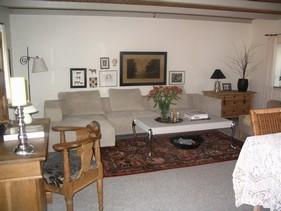 Væk med de mørke farver, da stuen har små vinduer og begrænset lysindfald. Møbleringen holdes generelt i lyse faver, og der er genbrugt så meget som muligt fra den eksisterende indretning. Nyt og ´gammelt´ sættes sammen, og skaber en hyggelig og personlig stue.