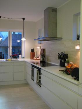 Køkken renovering, midtbyen Odense. Rummet er forholdvist langt og smalt og der er begrænsede muligheder. Så pladsen skal udnyttes bedst muligt. To små vinduer er tilføjet, så rummet blev lysere.