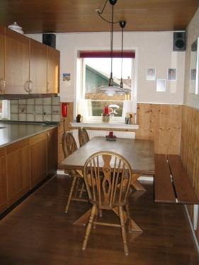Funktionen med en spisekrog i køkkenet ønskes bibeholdt. Men åbnes op, og gøres mere 'tilgængelig'.