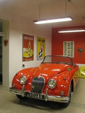 Indretning af privat eget Museum, for samler af gamle biler, emalje skilte og andet sjovt. Opgaven bestod i farvesætning og placering af alle elementerne, i en gammel købmands butik.