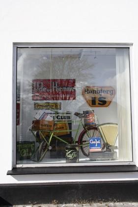 Budcyklen og andre sjove ting kom i vinduet i den gamle købmandsbutik.