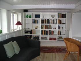 Endevæggen blev udnyttet til reoler, og en lille sofa kunne der også blive plads til.