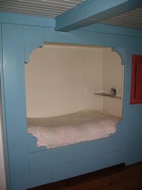 Original alkove i et gammelt hus på vestkysten.  Man ønskede ikke længere at sove i alkoven, og ville istedet bruge rummet til en hyggelig lille stue og hjemmekontor....