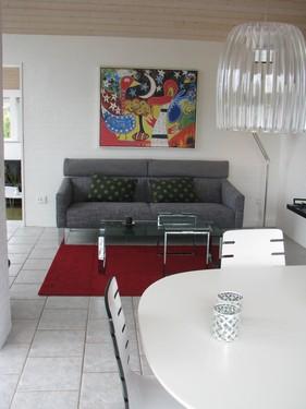 Huset byder på flere forskellige stedet at hygge sig.  Møblerne er fra Slot Møber, og billederne på væggene fra Høy Knudsen