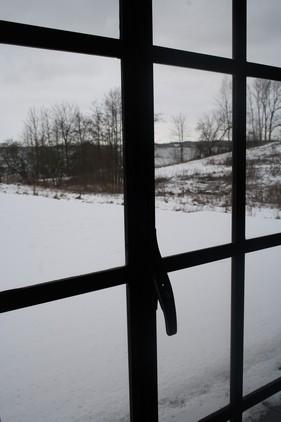 I hele 'laden' blev der installeret håndlavede smedejerns vinduer, produceret af en lokal smed, efter mål af de oprindelige staldvinduer.